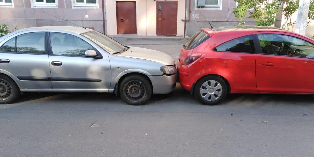Тетенька похожая на Новодворскую, только что получившая права, испугалась встречной машины и решила ...