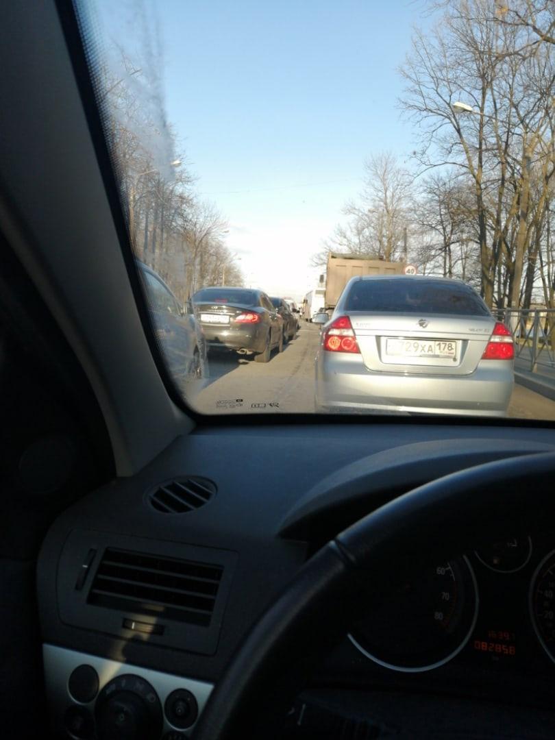 Петергофское шоссе перекрыто. Походу кто-то приехал. Ищите пути обхода.