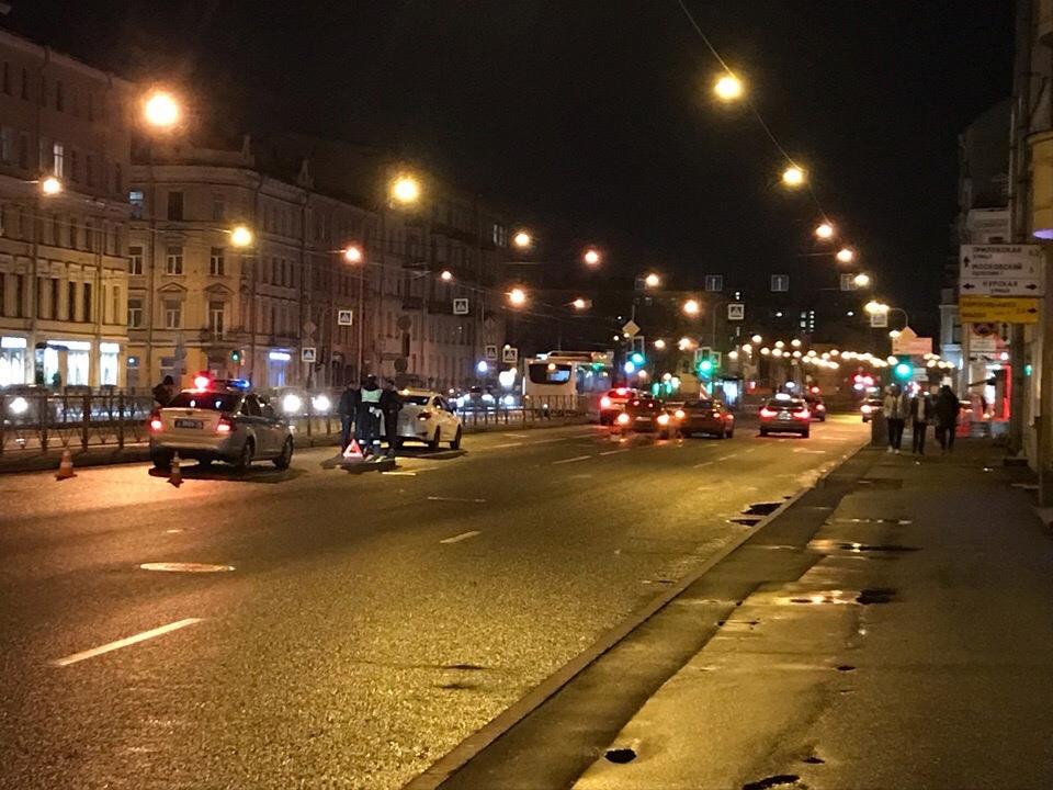 Двое столкнулись на Лиговском проспекте у метро Обводный канал, но уже разъезжаются.