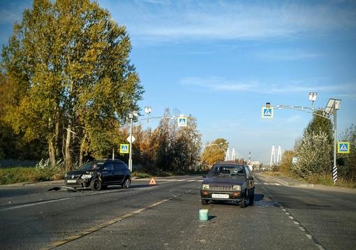 В Новосаратовке невнимательный водитель Sandero догнал собиравшуюся повернуть налево Оку.
