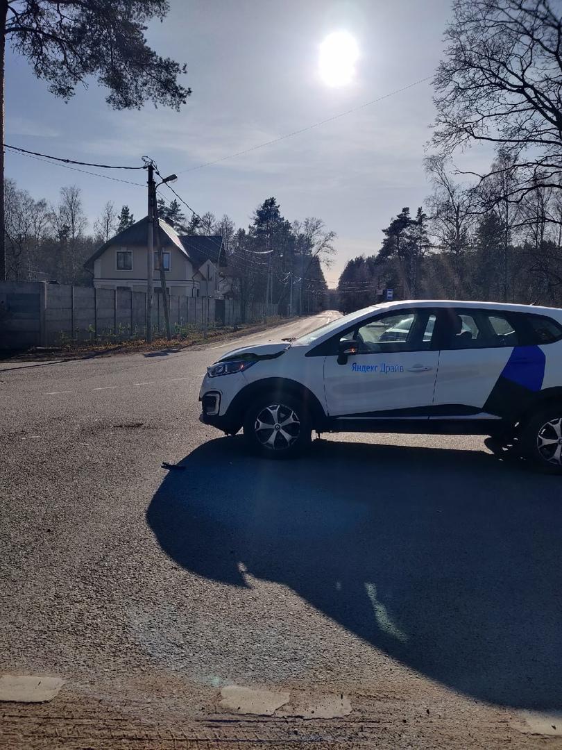 В Шувалове на перекрестке Заповедной и Новоорловской каршеринг столкнулся с мерседесом.