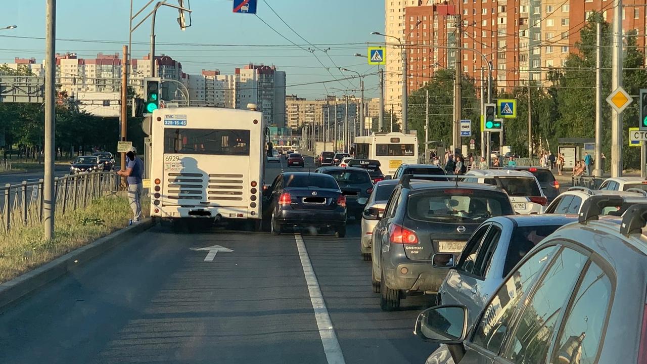 Перед перекрёстком Косыгина и Передовиков ДТП с автобусом на выделенной полосе. Путь от Ладожской до...