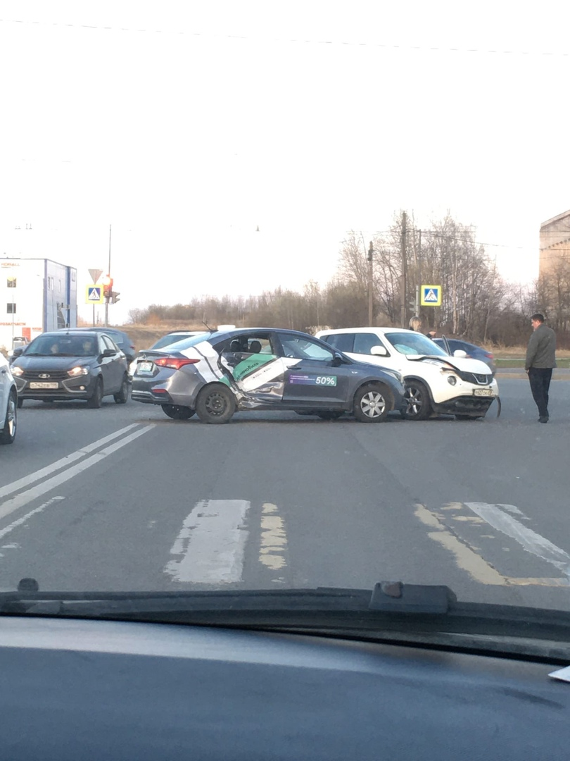 Nissan столкнулся с каршерингом на пересечении Тельмана и Большевиков.