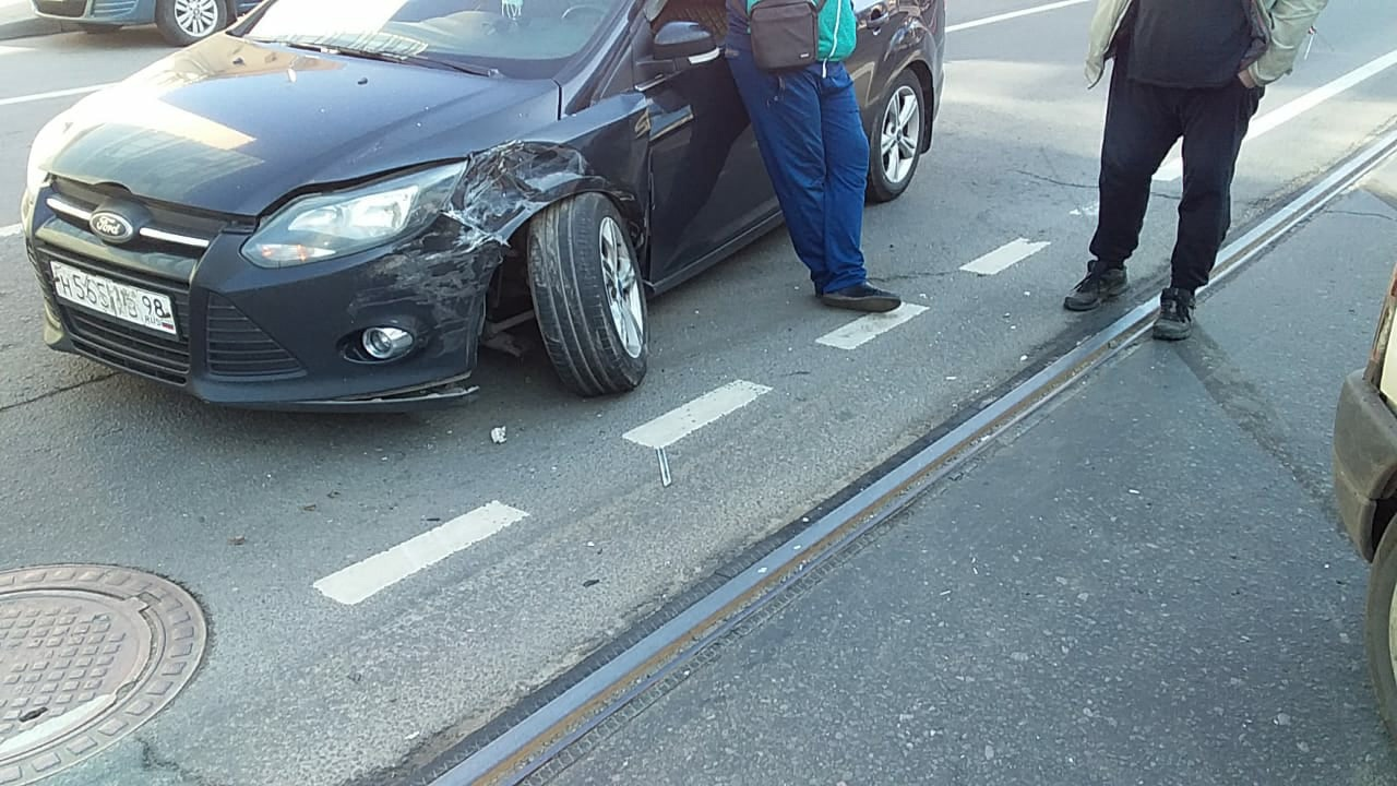 На Исполкомской напротив автосалона столкнулись 3 машины и полностью перекрыли движение в сторону Но...
