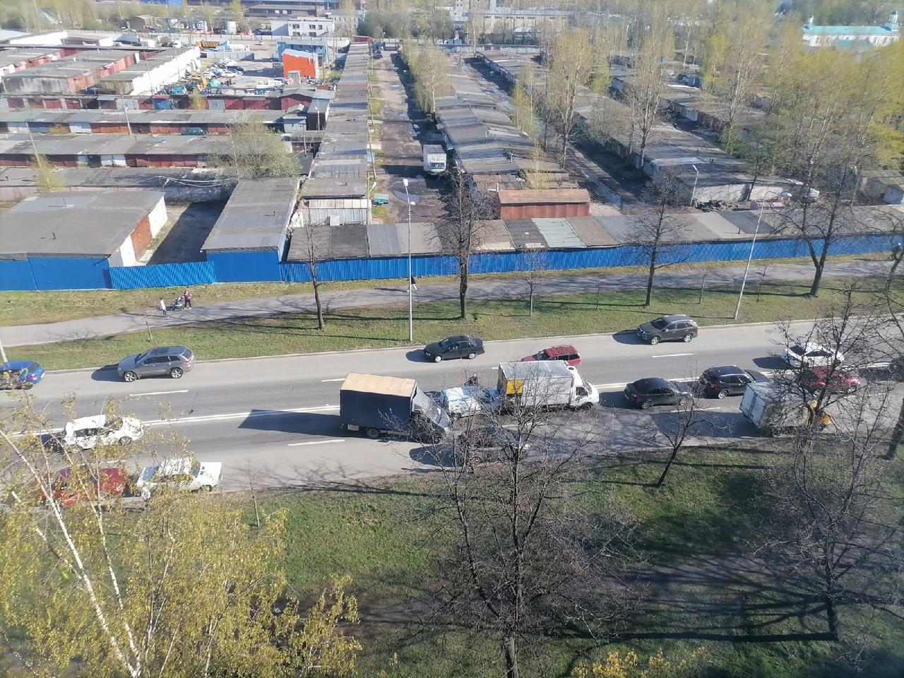 На улице Тельмана столкнулись три машины, стоя в пробке на светофор.