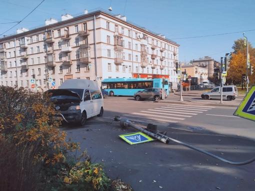 На пересечении Бабушкина и Крупской, у зоомагазин фура подтолкнула Т5, светофоры не работают, пробке...
