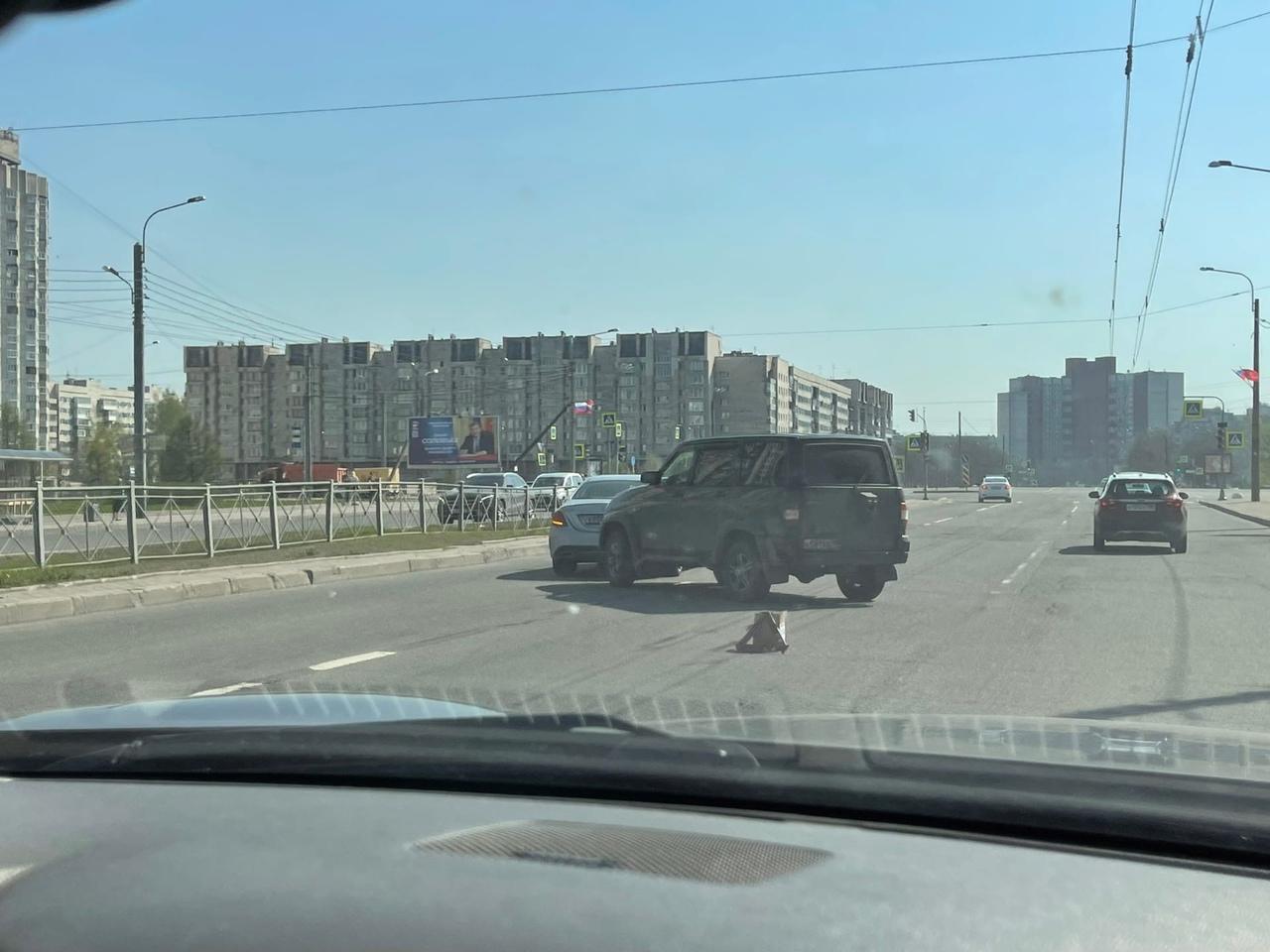 УАЗ приехал в Mercedes на Кораблестроителей перед Новосмоленской набережной