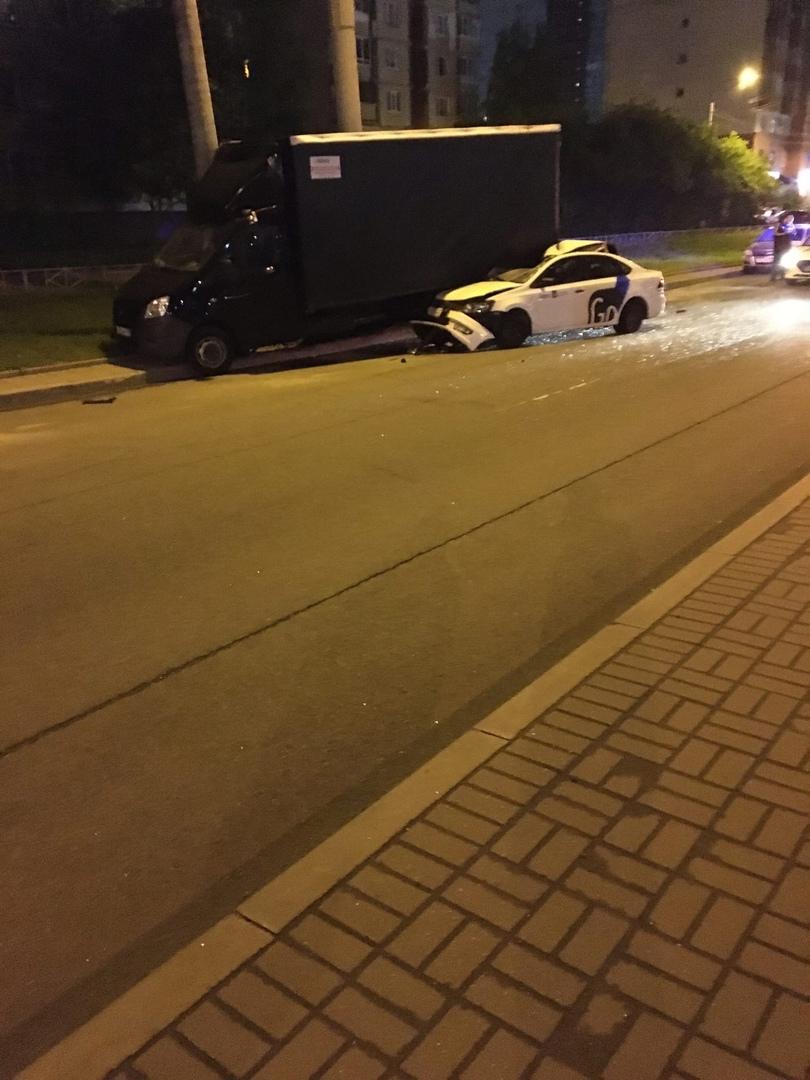 Ночное ДТП на Десантников, машина въехала на огромной скорости в припаркованную газель, на счёт пост...