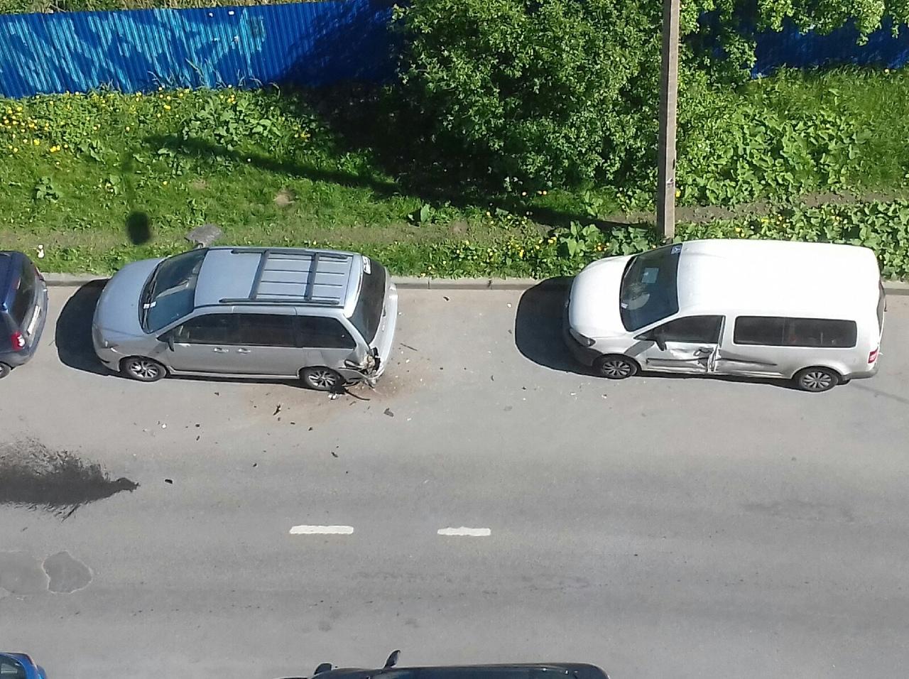 Каршеринг не вписался в поворот на перекрестке Шаврова и Мартыновской.