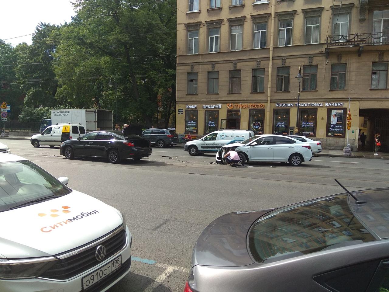 На Литейном 35 Solaris пошёл на разворот не с трамвайных путей, а по ним сзади ехал Lexus