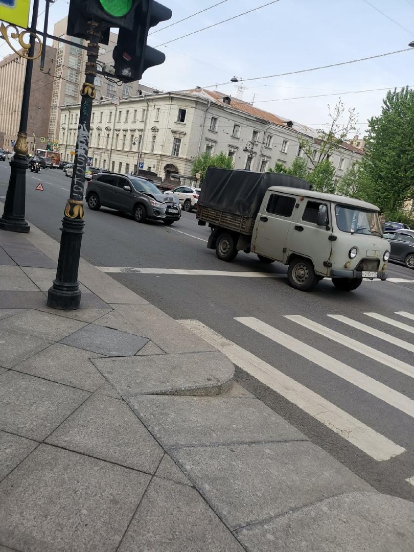 На перекрестке Литейного и Чайковского Mitsubishi VS уазик... Направление в сторону Невского проспек...