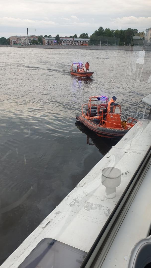 Напротив Силовых машин на Неве теплоход Москва сел на мель ,МЧС эвакуируют пассажиров