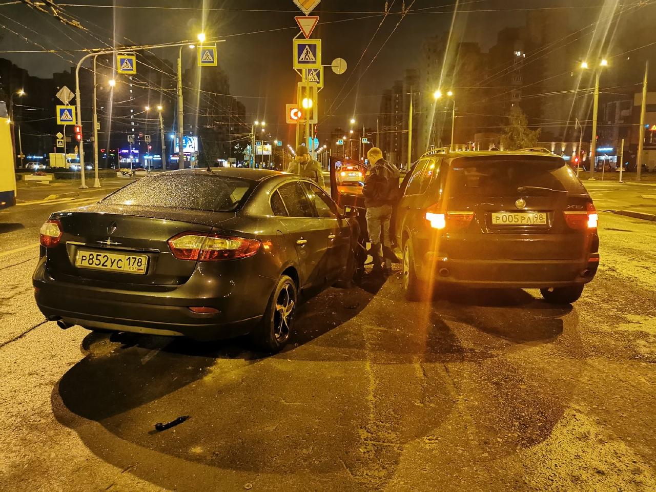 Renault поворачивала с Маршала Жукова на Ветеранов направо, занесло вылетел на встречку в БМВ, все живы...