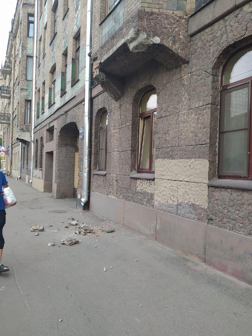 Пересечение 15 линии В. О. и Малого проспекта Обвалился фасад, в тот же день отгородили ленточкой. В...