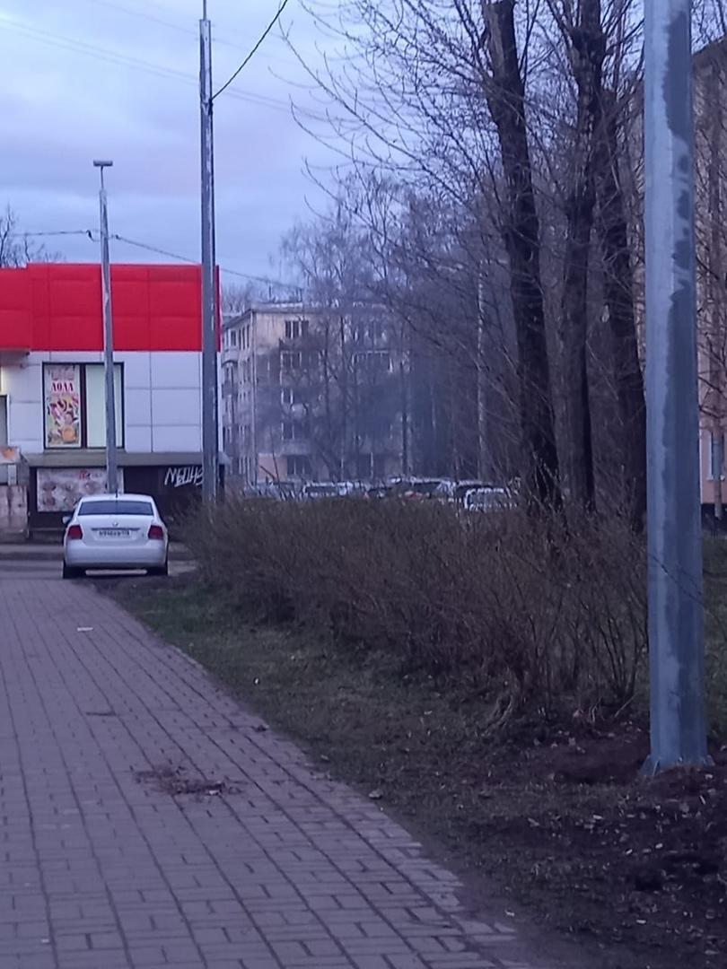 Шашлычная на Варшавской 29 задымляет двор жилого дома. Из вентиляции местного заведения идет дым, за...