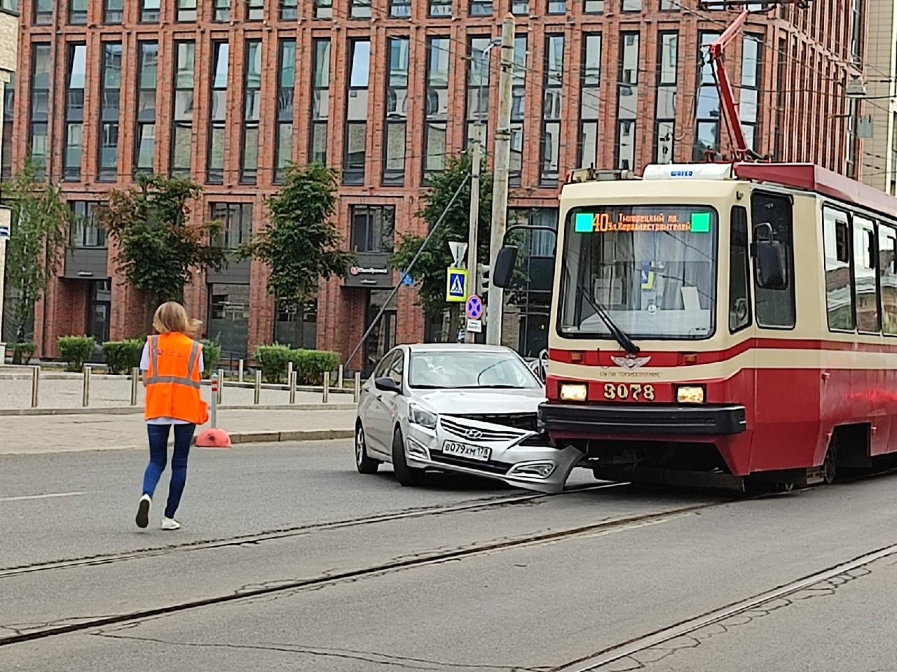 На Среднем В.О. в 8:30 утра из-за Хендая встали трамваи