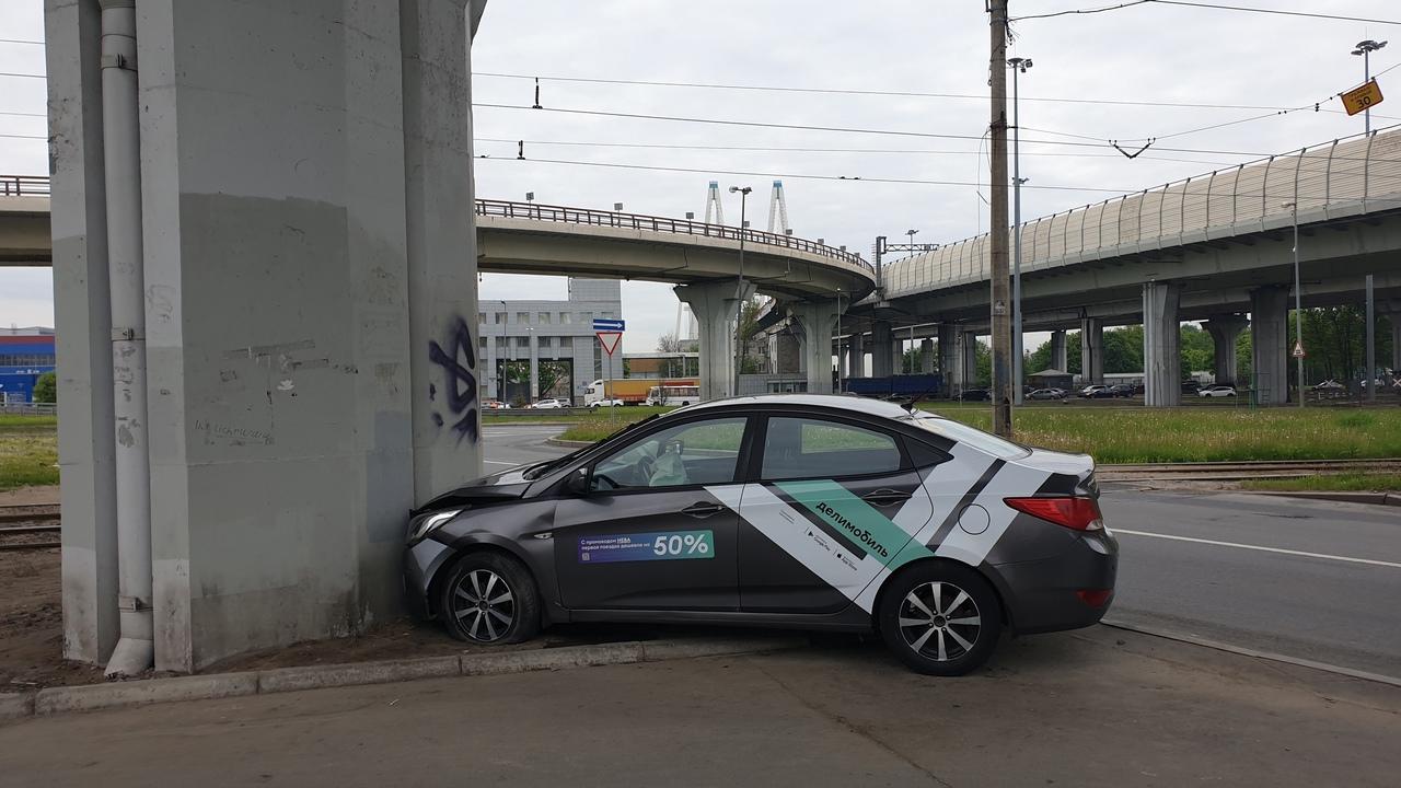 Делимобиль припарковали в опору путепровода на Обуховской обороны 271.