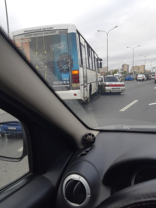 Маршрутка побила 10ку. на Витебском проспекте у метро.