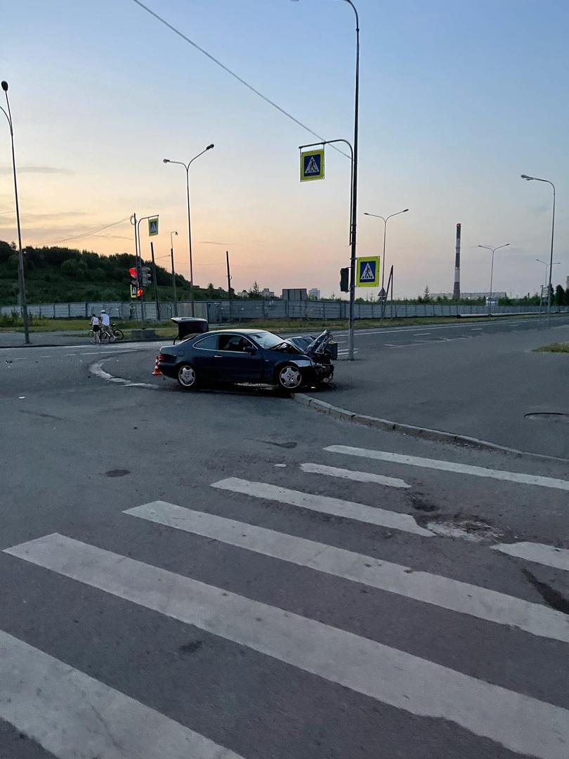 На Мебельной улице пьяный водитель Мерседеса подбил такси