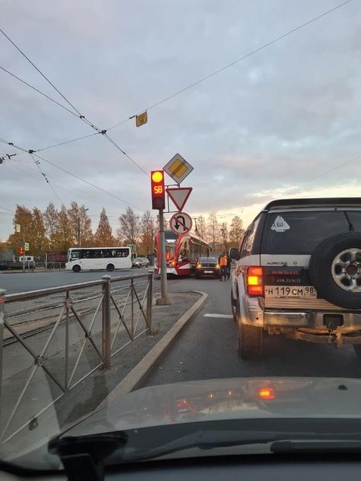 Чудаку на Опеле трамвай оторвал передний бампер на перекрёстке улицы Руставели и проспекта Просве...