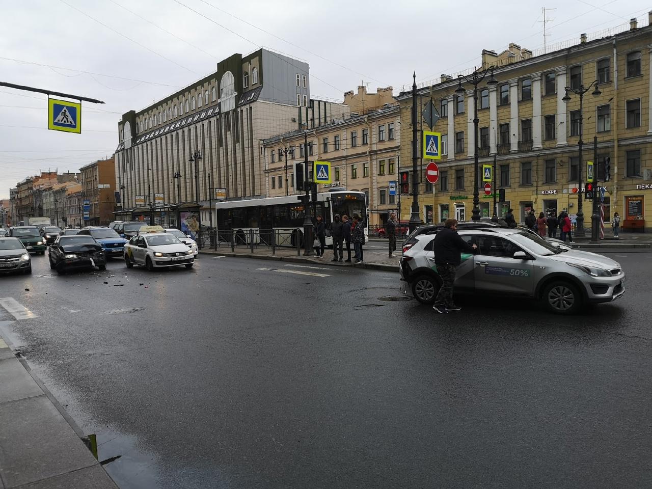 На перекрёстке Лиговского и Кузнечного в сторону площади Восстания Mazda 929 догнала Kia Rio XLine. ...