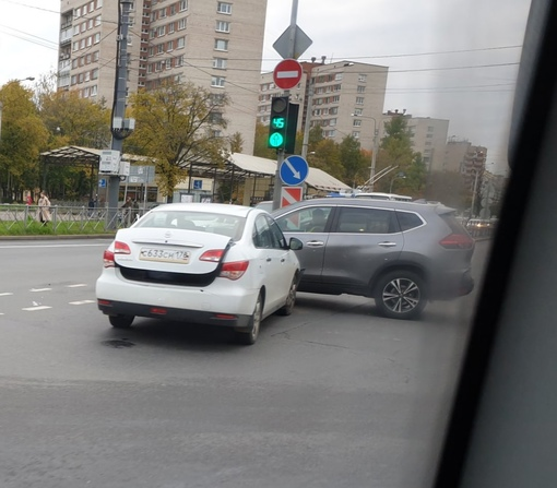 В 8:40, два автолюбителя на перекрёстке проспекта Ветеранов и улицы Танкиста Хрустицкого мешают движ...