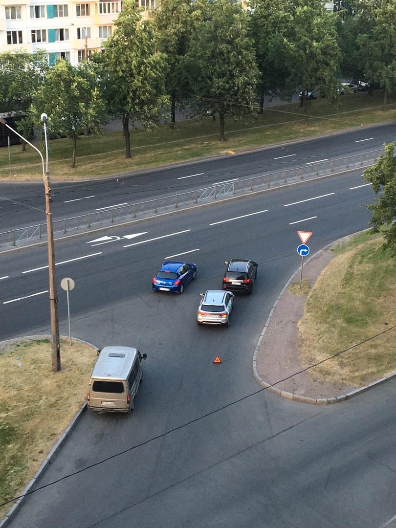 Поделимобиль щелкнул Peugeot при выезде из кармана на Софийскую