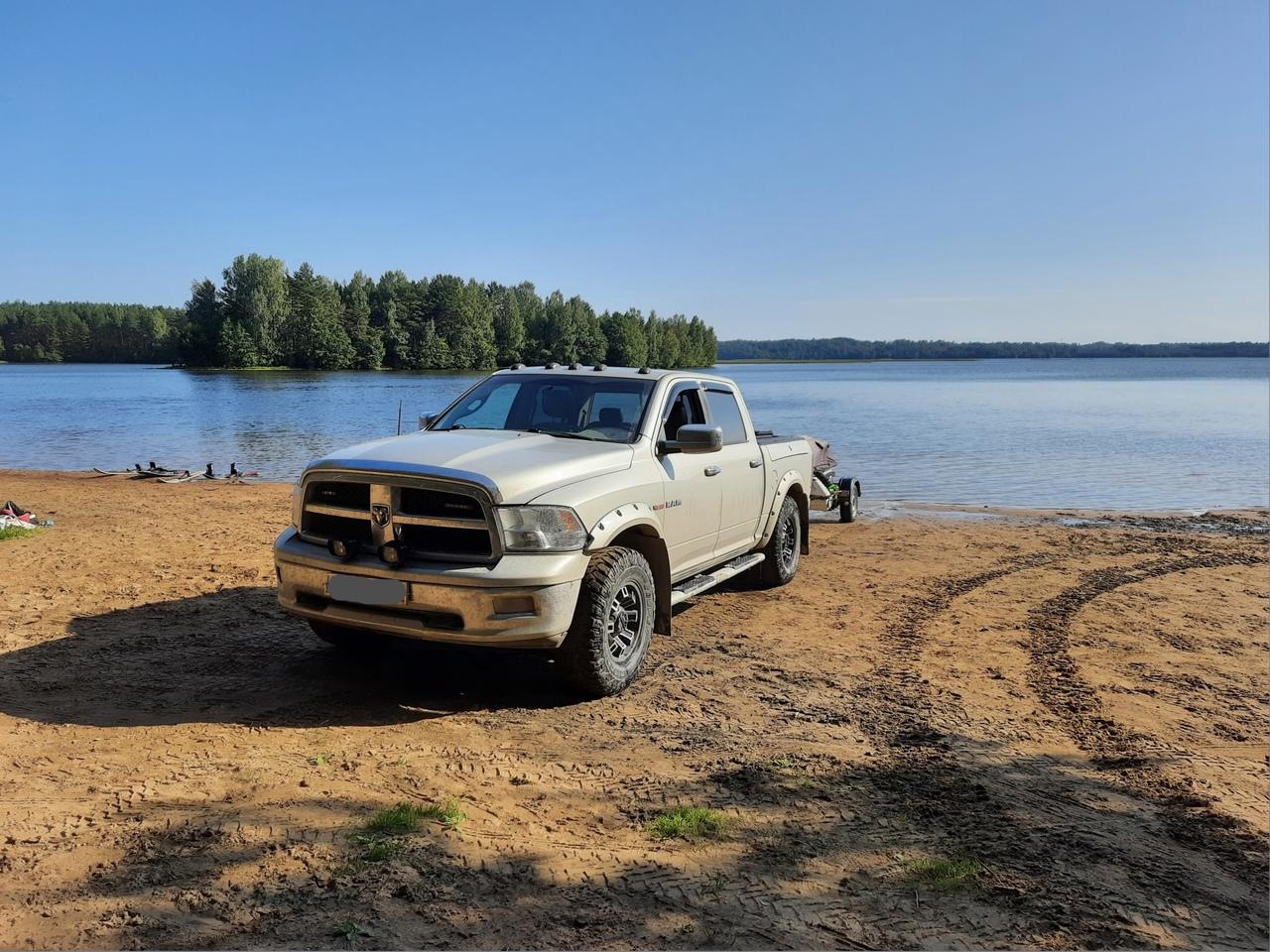 Товарищи превратили чистейший пляж озера Хепоярви в бензиновую лужу, не взирая на запрет на гидроцик...