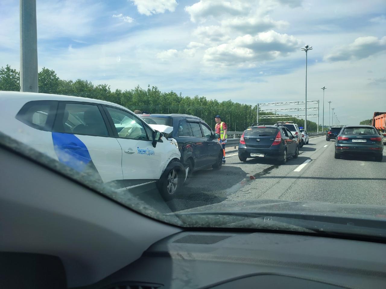 Машина с синей полоской устроила километровую пробку на ЗСД , между Богатырским и КАДом, в сторону Б...