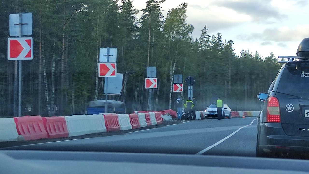 Авария на автодороге А-181 Скандинавия, 99-й километр. Мотоцикл задел внедорожник (по касательной) ...