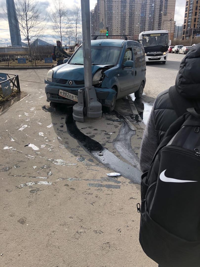 На перекрёстке Мебельной улицы и Лыжного переулка в результате ДТП Renault въехал в столб.