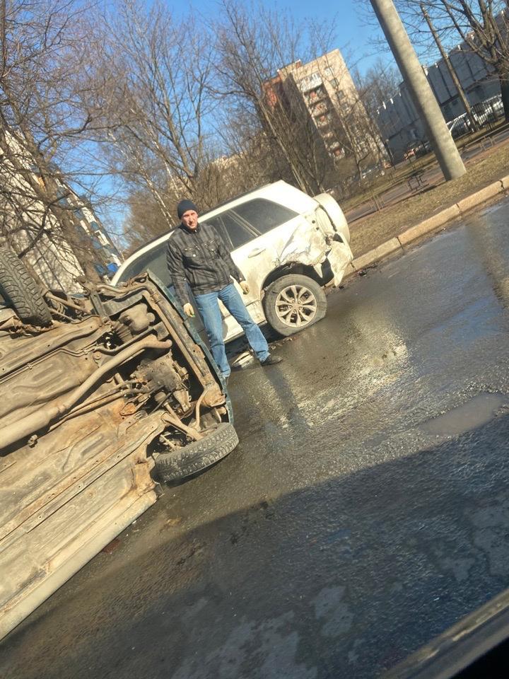 Автомобиль задел припаркованный и лёг набок на Торжковской