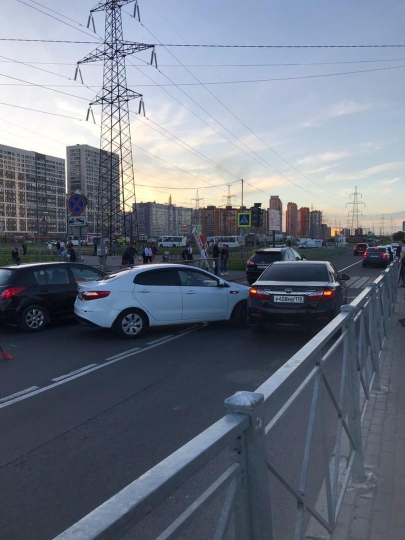 Киа и Toyota перекрыли дорогу в Мурине