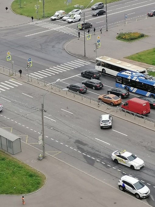 Каршеринг сломал ограждение на Богатырском, после столкновения с другим автомобилем на перекрестке Я...
