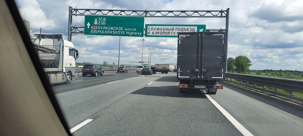 Авария на 78-м километре внешней стороны КАД, перед служебным съездом к аэропорту.