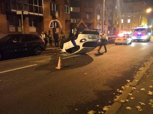 На Камской улице 4 каршеринг не вошёл в поворот, водителя увезла скорая.
