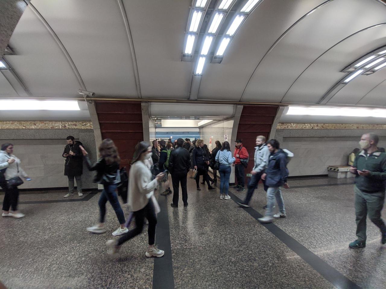 Закрывается станция метро Международная Посадки нет От Волковской до Международной поезда не ходят.