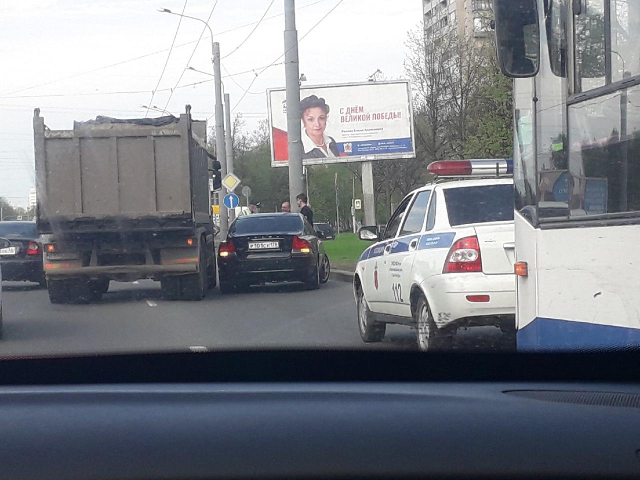 Камаз прижался к Volvo на Пискаревском перед Тухачевского в сторону Блюхера. Занят крайний правый и...