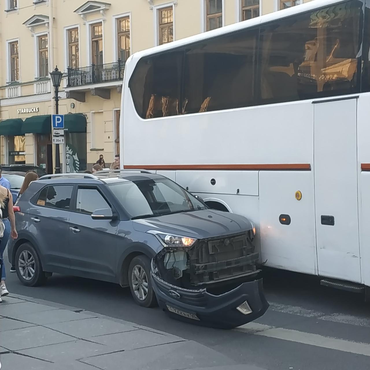 У Казанского автобус оторвал бампер Крете