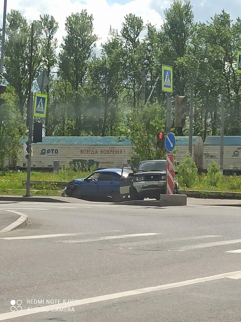 На проспекте Народного Ополчения, рядом с Лиговским путепроводом столкнулись автомобили. Занят левый...