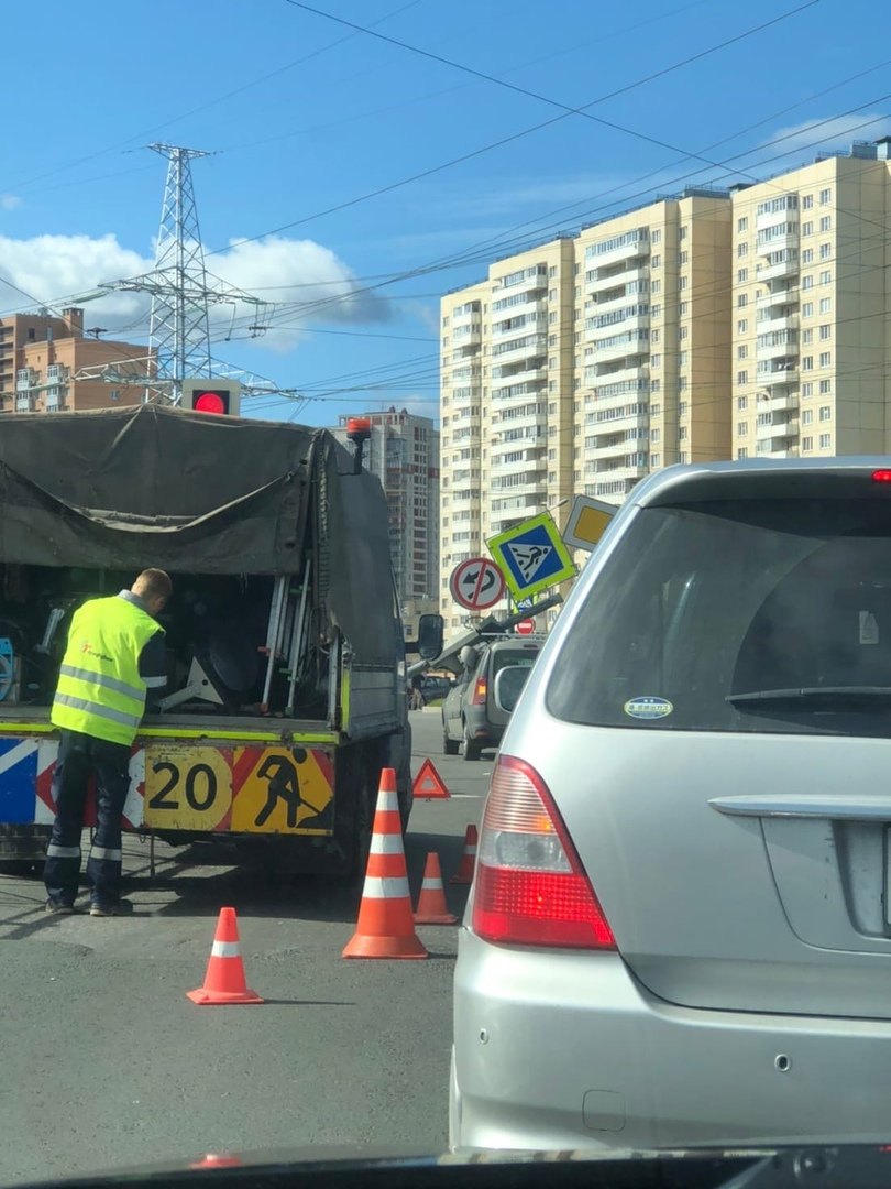 На пересечении улицы Маршала Казакова и Десантников столб со светофором упал на Ларгус