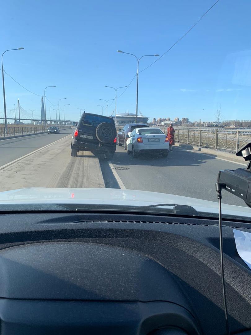 Паравозик из трех машин перед въездом на ЗСД со стороны Васильевского острова. В белой машине сработ...