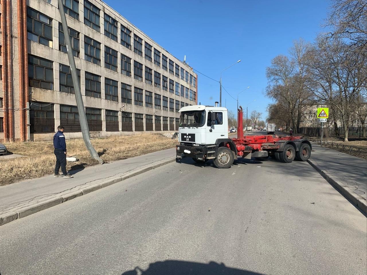 На улице Новосёлов 8 Ман покалечил столб.