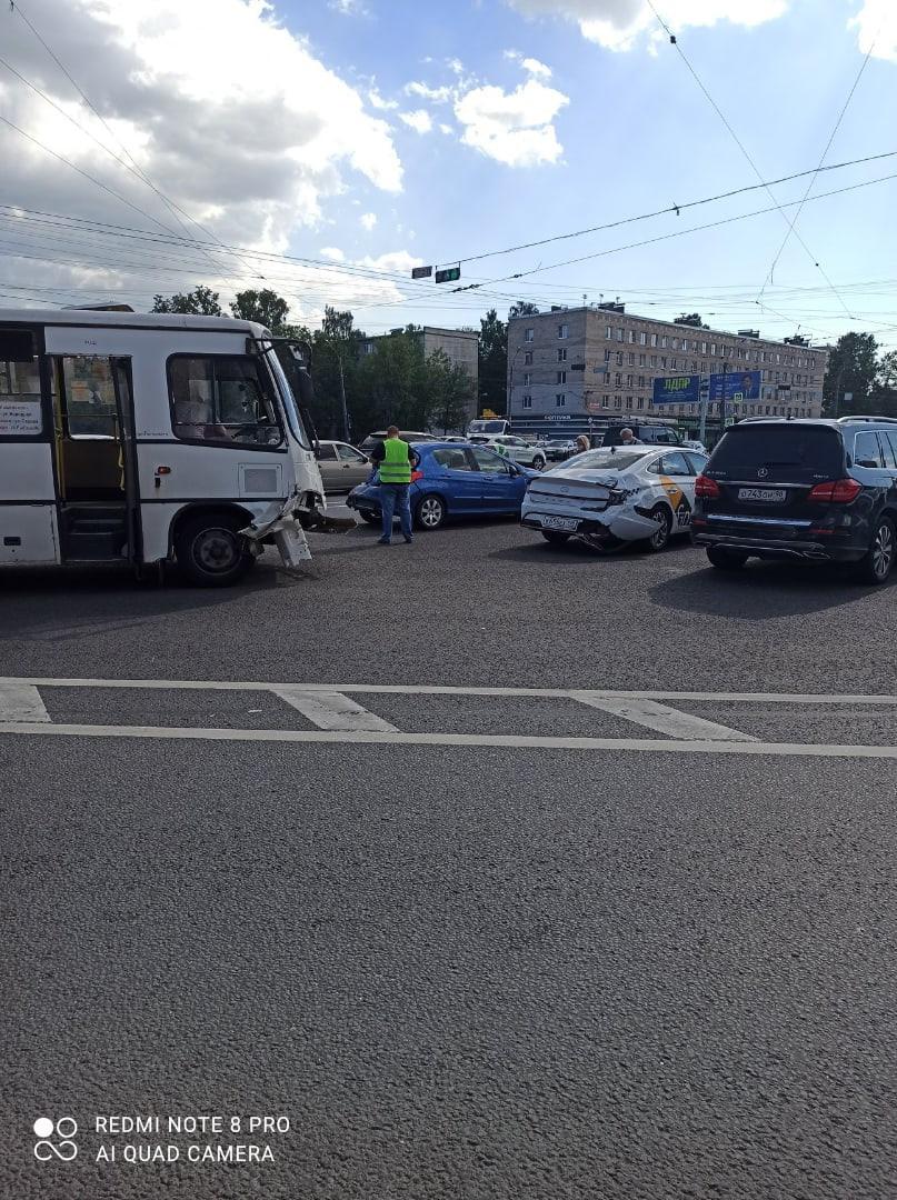 Peugeot, Hyundai и маршрута столкнулись на пересечение Народной улицы и Дальневосточного.