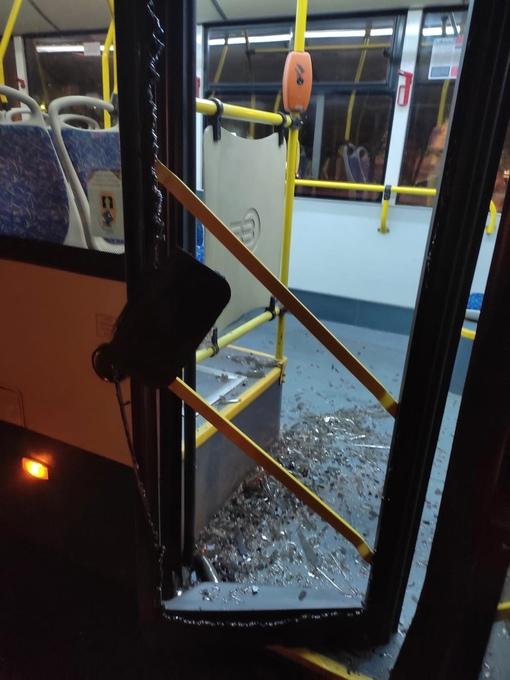 Водитель поло неудачно открыл дверь, не смотря в зеркало заднего вида, которой зацепил автобус у мет...