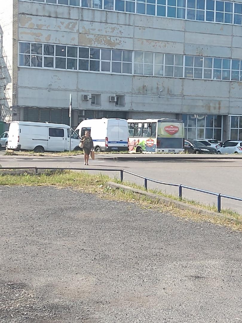 На Софийской 14 утро началось с выявления эмигрантов . Один микроавтобус забили полностью , второй ...