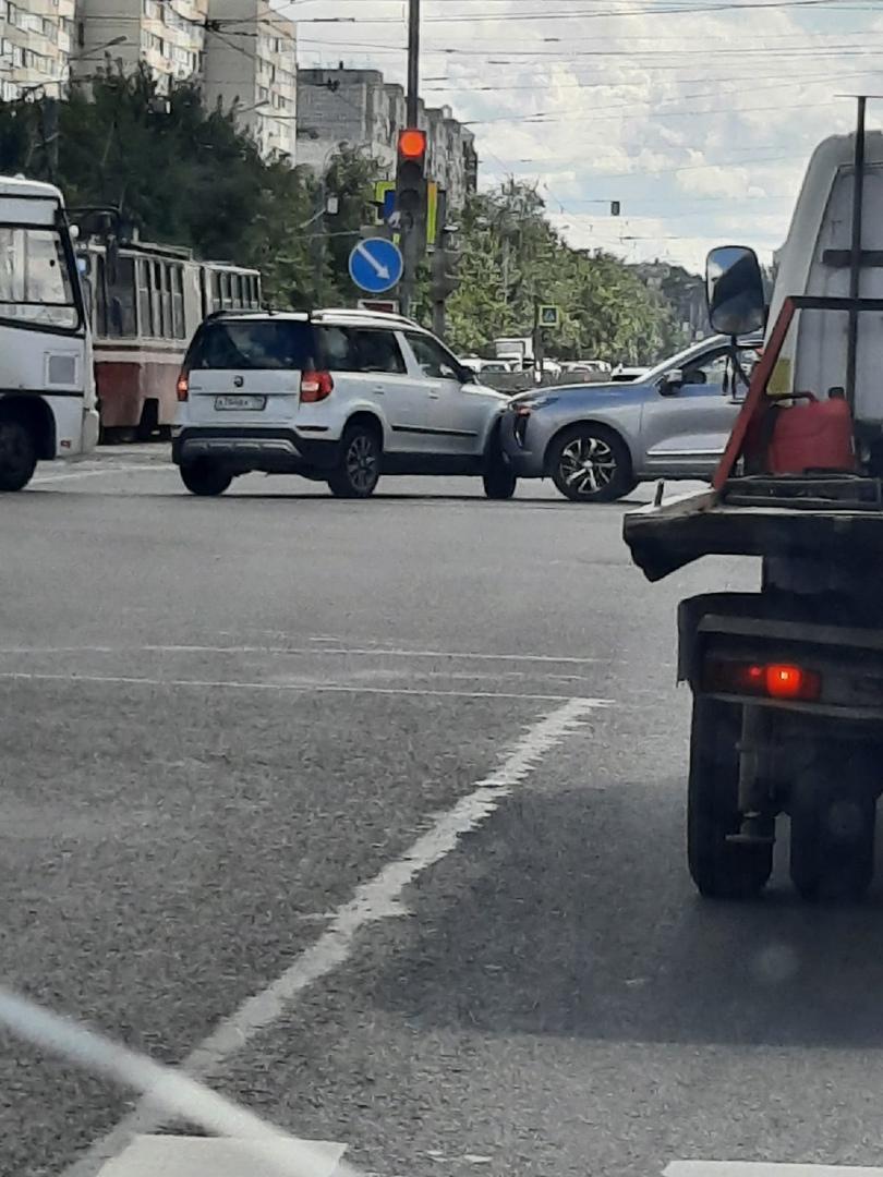Дтп на перекрёстке Энгельса и Луначарского. Пробки нет.