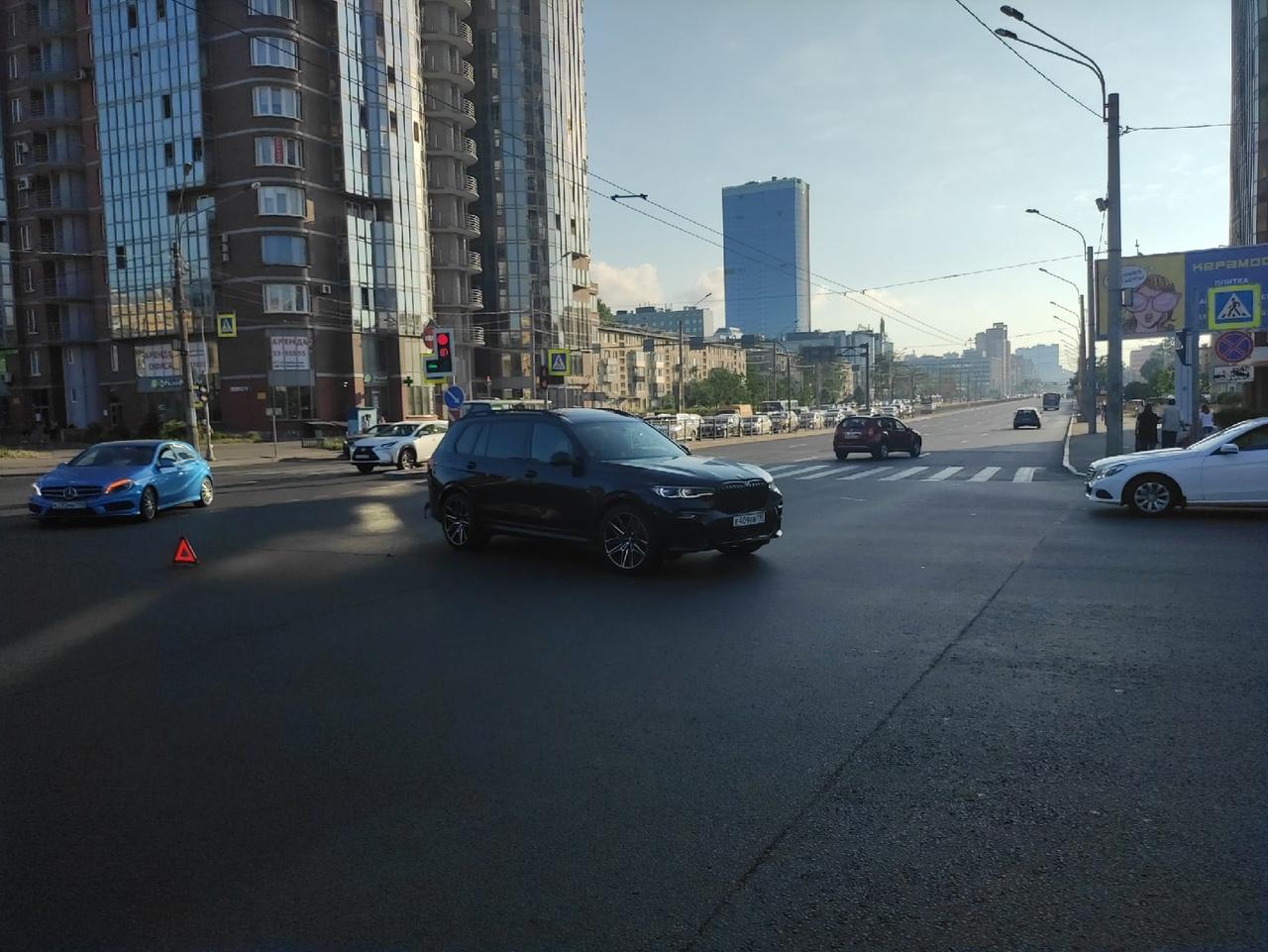 БМВ и Мерс каршеринга столкнулись на перекрестке Ленинского проспекта и Варшавской улицы. Троллейбу...