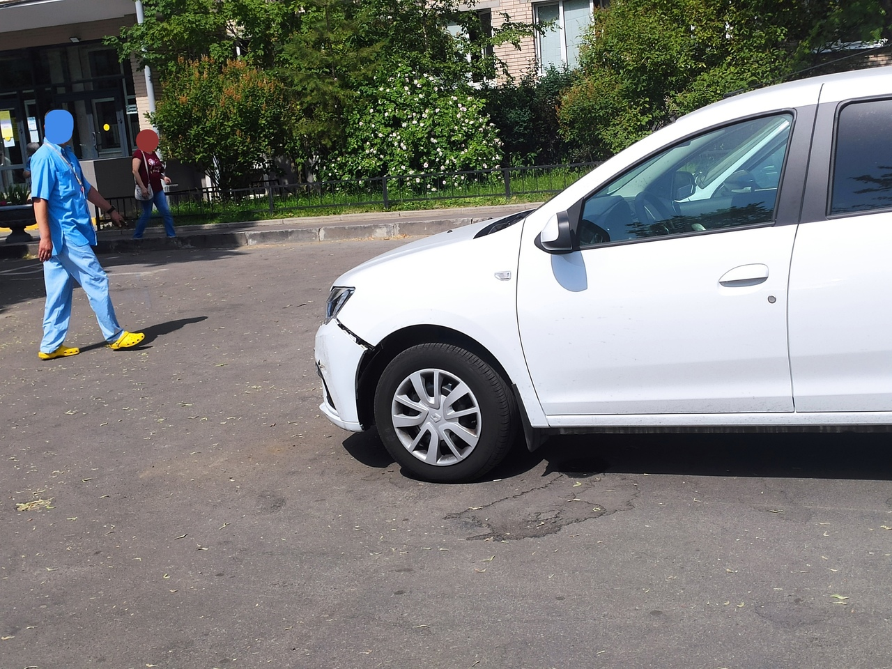 Сегодня у поликлиники №5 на Купчинской 5к1, на парковке, женщина вначале своей бочиной поправила бам...