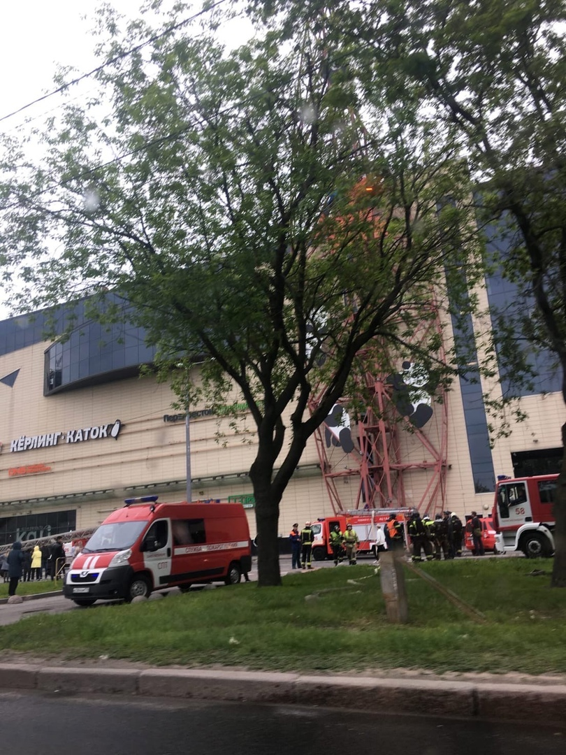 Пожар в Континенте у м.Бухарестская. Расчетов много, эвакуация.